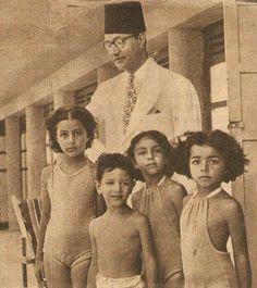 الموسيقار محمد عبدالوهاب مع أولاده على شط ستانلي.