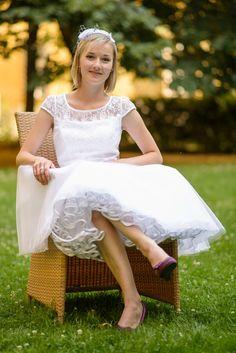Krátké svatební šaty Taftové šaty s krátkou kolovou sukní a krajkovým živůtkem,. Sukně je ze čtyř vrstevjemného tylu a taftu.Vzadu skrytý zip, podšívka. Velikost 38, na zakázku je možné ušít jinou velikost i délku. Krajkové sedlo podle výběru. případně organza. Cena je bez spodničky, tu je třeba objednat zvlášť.
