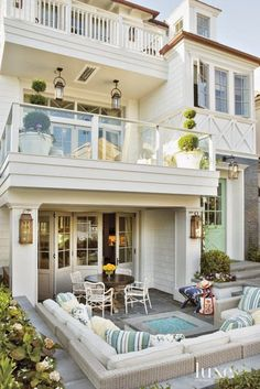 Take a peek into this fun Cape Cod-style house located on one of Manhattan Beach's favorite walk streets : Cape Cod style in California