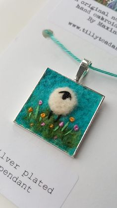 Shropshire-based textile artist and tutor Maxine Smith Textilkünstlerin und Tutorin Maxine Smith aus Shropshire Wet Felting Projects, Needle Felting Tutorials, Felted Wool Crafts, Felt Crafts, Felt Pictures, Wool Art, Free Machine Embroidery, Felt Embroidery, Felt Brooch