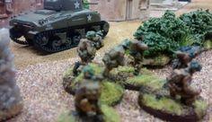 29: Der Sherman zieht entlang der nach Beuvron-en-Auge hineinführenden Straße nach vorne. Die begleitenden Fallies folgen in gewissem Abstand. Noch ist unklar, was den Sofageneral im Dorf erwartet.