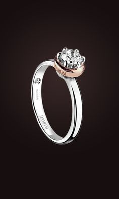 In the Damiani collections of jewels, the solitaire Queen is a classic par excellence in white gold or platinum, with a sober sophisticated design in six claws.