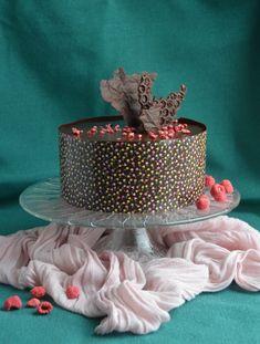 Málna-dupla csoki mousse torta mintás csokigallérral