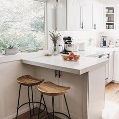 Kitchen With Bar Counter, Small Kitchen Bar, Open Kitchen And Living Room, Kitchen Bar Design, Small Kitchen Layouts, Loft Kitchen, Counter Stools, Diy Kitchen, U Shaped Kitchen With Breakfast Bar