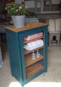 Muebles restaurados con tela de gallinero