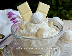 crema Raffaello ricetta base per una crema golosissima a base di cioccolato bianco, mandorle, cocco, panna e mascarpone. ricetta crema golosa facile da fare Italian Desserts, Italian Recipes, Bakery Recipes, Dessert Recipes, Confort Food, Cake Fillings, Love Food, Sweet Recipes, Delicious Desserts