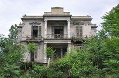 Το κτίριο είναι από τα ωραιότερα της πόλης, μαζί με τον περιβάλλοντα χώρο. Το βλέπουμε να καταστρέφεται σιγά σιγά και μια είδηση με έβαλε σε σκέψεις. Old Greek, Thessaloniki, Old Pictures, Picture Video, Greece, Villa, Exterior, House Styles, City