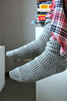Four socks and one mittens: The perfect pair Knitting Socks, Hand Knitting, Knitting Patterns, Baby Slippers, Crochet Slippers, Crochet Chart, Knit Crochet, Woolen Socks, Fluffy Socks