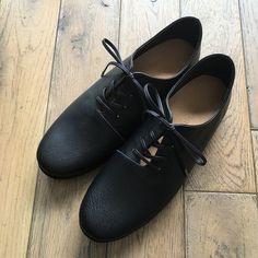 すべての工程を職人が一足一足丁寧に作り上げたこだわりの靴。  甲高、幅広、外反母趾...。 靴に対するお悩みが多いことをお客様から多数お伺いし、 牛革に比べると非常に柔らかく、足に吸い付くような肌触りの ゴートレザー(ヤギ革)を表革に使用しています。 Tap Shoes, Dance Shoes, Men Dress, Dress Shoes, All Black Sneakers, Oxford Shoes, Base, Fashion, D Day