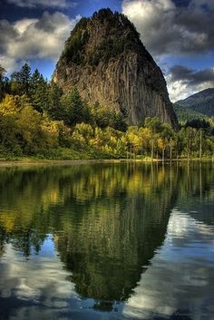 Beacon Rock State Park: The World's Biggest Monolith. Beacon Rock State Park is a year-round camping park with historic significance dating back hundreds of years. The park includes feet of freshwater shoreline on the Columbia River. Columbia River Gorge, Washington State, Vancouver Washington, Top Of The World, Wonders Of The World, State Parks, Wa State, Places To Travel, Places To See