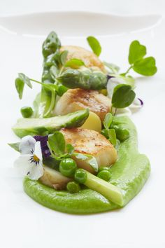 Isle of Mull scallop, pea puree, English asparagus and new Jersey Royals with wi. - Isle of Mull scallop, pea puree, English asparagus and new Jersey Royals with wild garlic hollandai - Fish Recipes, Seafood Recipes, Gourmet Recipes, Cooking Recipes, Fancy Recipes, Gourmet Foods, Cooking Tips, Tapas, Chefs