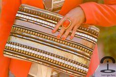 DIY Maxi clutch con adornos metalizados | Crímenes de la Moda en stylelovely.com