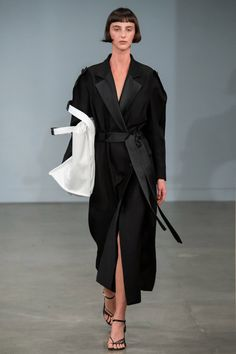 Fashion Shows - Christopher Esber Australia Resort 2020 - Kollektion Trend Fashion, Fashion 2020, Fashion Pants, Look Fashion, Fashion Outfits, Fashion Edgy, Fashion Spring, Fashion Backpack, Fashion Shoes