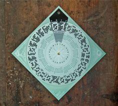 Limitierter 5-Farb-Siebdruck von den beiden Gestaltern Moritz Esser und Silke Jaspers. Der Kalender für 2012 funktioniert durch Drehen der Transparentpapierscheibe. Der Zahlencode zeigt den Monat an, dh er ergibt zwölf mal im Jahr Sinn, dann stimmen auch die Ziffern im Kalendarium und man [...]
