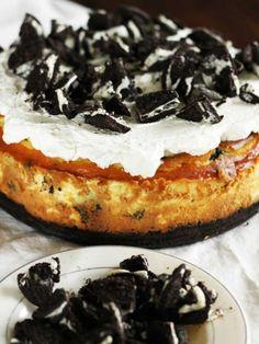 Unsere neueste Entdeckung am Cheesecake-Himmel - ein Oreo-Cheesecake. Ein krümeliger Boden, eine feine Creme und ein Topping aus Oreo-Keksen. Himmlisch!