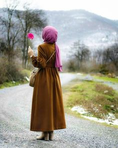 Hijab girls home cleaning Casual Hijab Outfit, Hijab Chic, Hijab Dress, Muslim Women Fashion, Arab Fashion, Hijabi Girl, Girl Hijab, Hijab Jeans, Beautiful Muslim Women