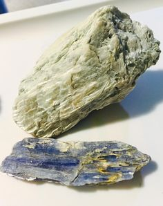Blue and colorless kyanite