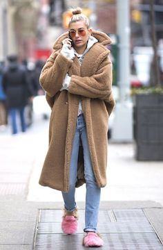 An investigation into the ubiquitous teddy bear coat trend: what made them so popular? including Max Mara Teddy Bear Icon Faux Fur Coat, Tiger Mist Teddy Jacket and H&M Short Pile Coat. Fashion Mode, Fashion Week, Look Fashion, Star Fashion, Fashion Fall, Estilo Hailey Baldwin, Hailey Baldwin Style, Teddy Bear Coat, Winter Stil