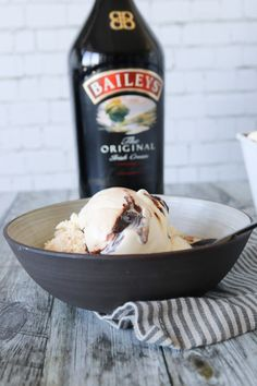 Baileys Is Med Chokoladesauce - Hjemmelavet Is Med Baileys - Baileys is smager fantastisk og denne opskrift er den bedste jeg nogensinde har smagt. Smagen af Baileys overdøver ikke – den er mild og god. Fordi der er alkohol i Baileys, så hjælper den samtidig med at gøre isen ekstra lækker og blød. #Is #Baileys #Dessert #Opskrift Homemade Ice Cream, Baileys, Frozen Desserts, Sorbet, Gelato, Acai Bowl, Delish, Picnic, Deserts