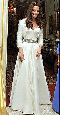 Kate Middleton Wedding Dress - The moment we've all been waiting for! Kate Middleton walked down the aisle in an exquisite wedding dress designed by Sarah Burton for Alexander McQueen. Pippa Middleton, Looks Kate Middleton, Princesa Kate Middleton, Kate Middleton Photos, Kate Middleton Wedding Ring, Second Wedding Dresses, Second Weddings, Royal Weddings, Wedding Dress Material