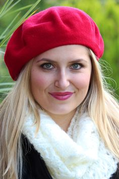 C'est belle! Classic wool beret in beautiful holiday red.