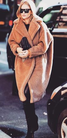 Pinterest: DeborahPraha ♥️ Rosie huntington whiteley long winter coat #winterstyle #streetstyle
