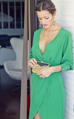 Malena costa apuesta por un look de invitada de boda con el color 2017 de pantone, el greenery.