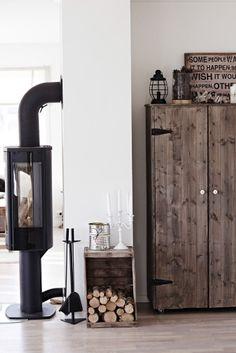 Elemente aus Holz ergänzen die neutralen Farbtöne in Ginas Zuhause.