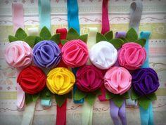 Vinchas elásticas con flores de fieltro.
