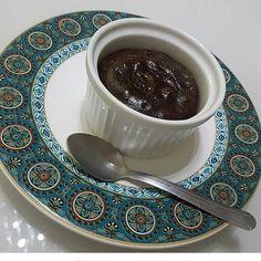 Petit Gateau (insta @deb_zini). 2 quadradinhos chocolate 85%. 1cs óleo de coco. 1 ovo. 1cs farinha de amêndoas. 20gts extrato de baunilha. 1cs adoçante. Derreta o chocolate com o óleo de coco no micro.  Bata o ovo com a farinha de amêndoas, extrato de baunilha e o adoçante, acrescente o chocolate derretido e mexa bem. Unte com óleo de coco um ramequim, coloque a mistura e leve ao forno preaquecido por 10min.