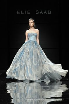 Find tips and tricks, amazing ideas for Elie saab. Discover and try out new things about Elie saab site Beautiful Gowns, Beautiful Outfits, Couture Fashion, Runway Fashion, Traje Black Tie, Robes Glamour, Vestidos Fashion, Fashion Moda, Fashion Shoes