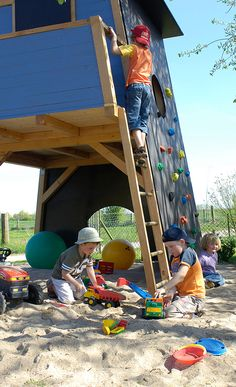 Kletterhaus The dream of every child: We show how to build a solid climbing house for children. Kids Outdoor Play, Outdoor Play Areas, Backyard For Kids, Childrens Wooden Playhouse, Kids Playhouse Plans, Natural Playground, Backyard Playground, Play Structures For Kids, Tree House Plans