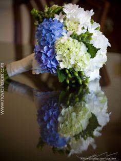 Ramillete de hortensias blancas, verdes y azules