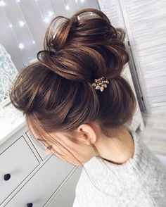 Chic messy bun with straight hair | Wedding bun hairstyle for straight hair - These stunning updos wedding hairstyle for medium length hair are perfect for
