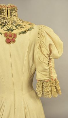 Шерстяное платье со шлейфом, украшенное кружевом, вышивкой и аппликацией, около 1890 г. Emile Pingat