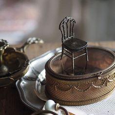 ❤︎ ・ original handmade miniature chair size 1/12 . ミニチュア チェア試作。 素材をあれこれ変えてのお試し期間中❣️ 〔画像2枚〕 ・ ・ ・ ・ ・ ・ ・ ・ ・ #miniature#ミニチュア#シャビーシック #アンティーク風#フレンチ家具#小さいもの #Interior#フレンチインテリア #antique  #Frenchdecor#建具 #ミニチュア家具 #ドールハウス#dollhouse #Chair #ナポレオンチェア#cute#ノスタルジック #椅子#アンティーク