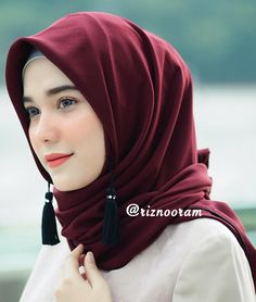 Girl in Hijab Islamic Fashion, Muslim Fashion, Hijab Fashion, Beautiful Hijab Girl, Beautiful Muslim Women, Hijab Niqab, Hijab Chic, Hijabi Girl, Girl Hijab