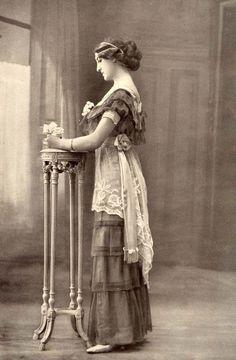 lacedheartt:     ca. 1910's (via historyartsculture) Source: lacedheartt