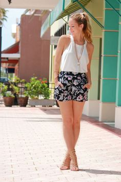 How to look sexy in gladiator sandals? Short Outfits, Summer Outfits, Short Dresses, Orlando Florida, Striped Sandals, Florida Fashion, Flowy Shorts, Pencil Skirt Black, Yellow Blouse