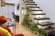 Jardim de inverno embaixo de uma escada