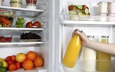 Saiba organizar uma geladeira corretamente. Pequenas quantidade de comida: potes de plástico ou de vidro.  Carnes: Guarde-as no congelador em pequenos sacos. Nunca lave as carnes. Verduras: Gaveta é ideal para mantê-los frescos.  Frutas maduras: Deixe-as cortadas em potes.  Bebidas: Use os compartimentos da porta.  Ovos: Não podem ser guardados na porta, pois estragam mais rápido. Você pode usar cestos de plástico para setorizar os alimentos na geladeira, se as prateleiras forem grandes.