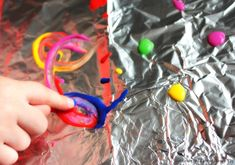 Painting on Foil. Easy Process Art for Kids. Learning through Play. Motor Activities, Summer Activities, Learning Through Play, Kids Learning, Easy Art For Kids, Process Art, Mark Making, Simple Art, Painting For Kids