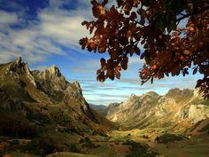 """Parque Natural de Somiedo - Asturias, España/ La fisonomía glaciar de esta zona ha dado lugar a numerosos lagos y lagunas, situados a más de 2.000 metros de altura. Reino del oso, del urogallo y de los """"vaqueiros de alzada"""", de sus rebaños trashumantes y sus cabañas de teito, ejemplo de arquitectura integrada en el paisaje. Somiedo es el paradigma de la convivencia del hombre y la naturaleza"""
