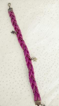 Bracelet en suédine rose fushia tressée avec une chaînette à billes : Bracelet par soo-happy