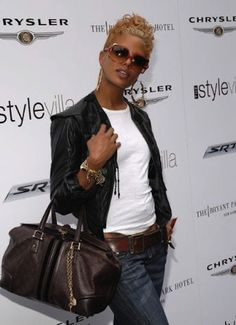 Eva Pigford Photos Photos - Model Eva Pigford arrives at the VMA Style Villa at the Bryant Park Hotel August 2006 in New York City. - Celebrity Guests Visit VMA Style Villas At Bryant Park Hotel - Day 2 Pixie Styles, Short Styles, Curly Hair Styles, Natural Hair Styles, Weave Styles, Short Sassy Hair, Short Hair Cuts, Afro Look, Pictures Of Short Haircuts