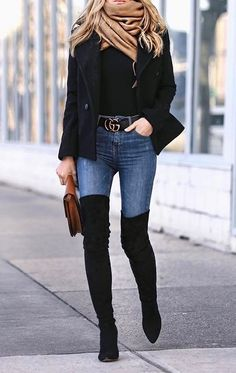 Bota over The Knee, jeans e Blazer preto