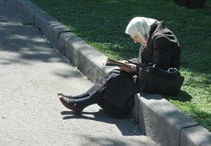 Old Lady Reading by Rob Lee, via Flickr