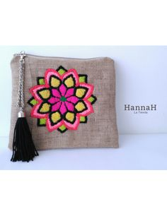 Best 12 Clutch Bordado a Mano Mandala – Page 668503138416928901 Embroidery Bags, Embroidery Stitches, Embroidery Patterns, Sewing Patterns, Jute Bags, Fabric Bags, Wool Applique, Small Bags, Handmade Bags