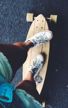 I can& longboard, but I wish to someday. I have my own skateboard which I am learning how to ride. Surfergirl Style, Foto Sport, Skate Girl, Surf Style, Thrasher, Skateboards, Belle Photo, Summer Vibes, Roller Derby