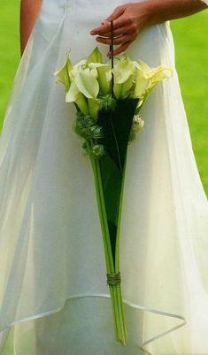 Скоро Красная горка — традиционное время свадеб. Самое время невестам подумать о букете. На языке флористов это называется «свадебное украшение в руку». А так называется, потому что форма этого украшения может быть совершенно любая, совсем не похожая на стандартный букет. Но большинство невест знают, что букет должен быть «маленьким, кругленьким и из розочек».